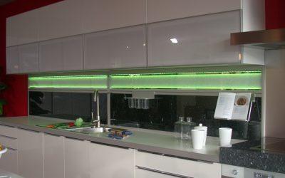 Für stimmungsvolles Licht in der Küche, gibt es die Möglichkeit die Küchenrückwand mit LED`s indirekt zu beleuchten.