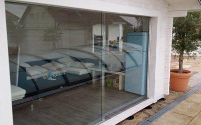 Freie Durchsicht ermöglicht eine Schiebtüre aus Glas.