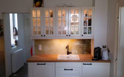 Mit dieser rostigen Struktur passt die Glasplatte perfekt zu dieser Küche im Landhausstil.