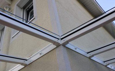 Ein Glasdach über der Terrasse schützt vor Wind und Wetter.