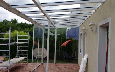 Terrassenverglasungen bieten die Möglichkeit Zeit im Freien zu verbringen, egal ob die Sonne scheint, es regnet, windig ist oder Schnee fällt.