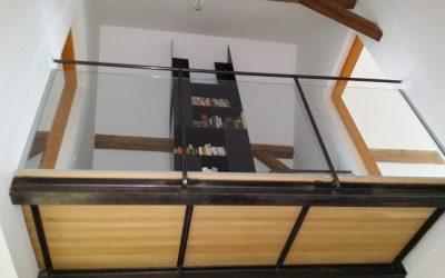 Damit die Gallerie im ersten Stock sicher ist, wurde eine Glasbrüstung gemacht. Die Kombination aus Eisenträgern, Holzboden und Glastafeln ist sehr gelungen.