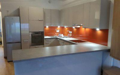 Lackglas in der Küche kommt immer gut. Zudem ist es praktisch und hygienisch.