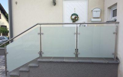 Ein sicherer Stiegenaufgang mit Glas und einem Handlauf ist die perfekte Lösung.