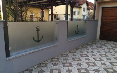 Wenn die Abgrenzung vom eignen Grundstück nicht 0815 sein soll, bietet Glas mit einem sandgestrahlten Muster viele Optionen.