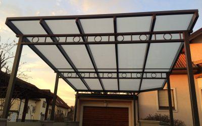 Ein Carport aus Glas ist die ideale Lösung, wenn das Auto vor der Witterung geschützt werden soll.