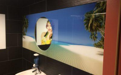Der Digitaldruck hinter Glas lässt einen in die Karibik träumen.