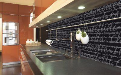 Die Küchenrückwand ist mit den italienischen Speisen wie eine riesige Speisekarte