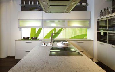 Hinterglasbeleuchtung macht die bedruckte Glasrückwand in der Küche sehr stimmungsvoll