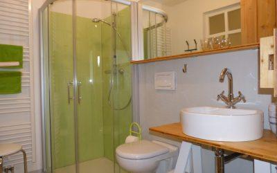 Schiebtüren aus Glas machen einen bequemen Einstieg in die Dusche möglich