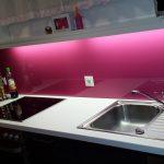 Die bunte Küchenrückwand aus Glas wertet die Küche auf und gibt ihr einen modernen Touch